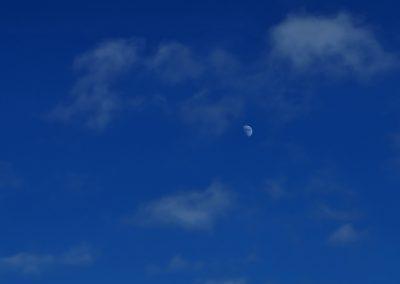 Blauer Himmel mit Mond