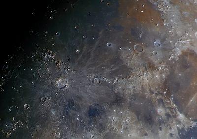Krater Copernicus. Durchmesser 93 km. Darüber die Karpaten und rechts ist das Apenninengebirge